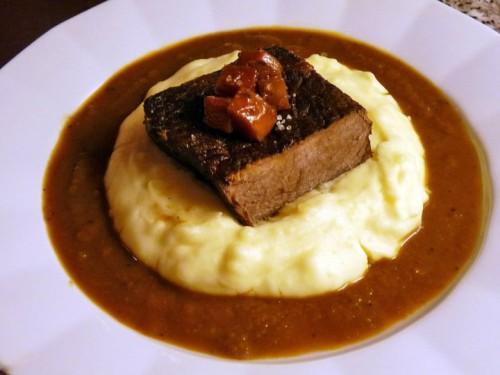 Hovězí plec s omáčkou z Bordeaux a bramborovou kaší.